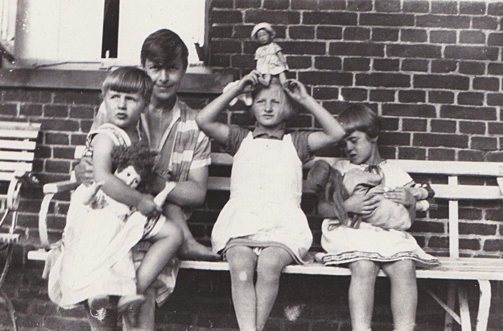 adablu Großmutter Ada Blume mit ihren drei Mädchen